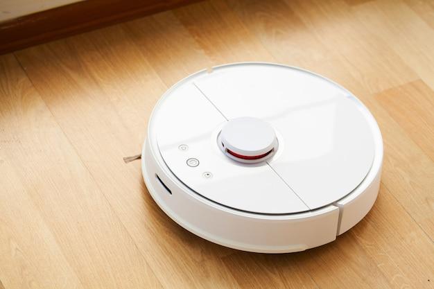 Aspiradora robótica sobre piso de madera laminada