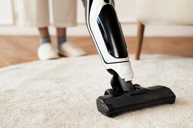 Aspirar una alfombra en el suelo