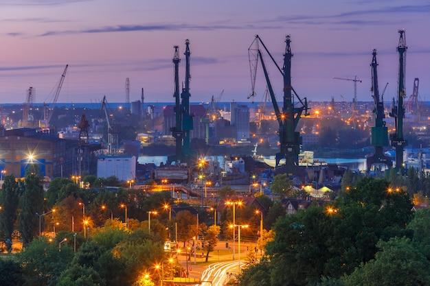 Astillero de gdansk en la noche, polonia