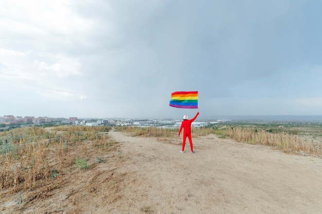 Astronauta con bandera lgbt. vista desde atrás