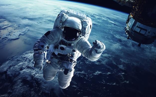 Astronauta en el espacio ultraterrestre