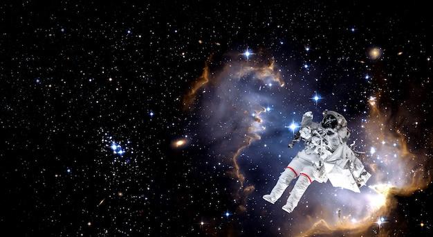 El astronauta hace una caminata espacial mientras trabaja para la estación espacial