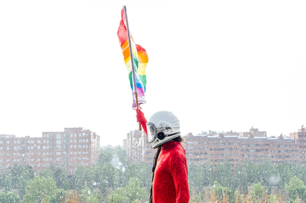 Astronauta sosteniendo una bandera lgbt