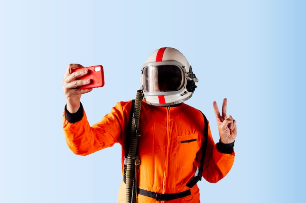 Astronauta tomando una selfie