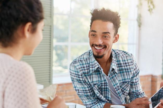 Asuntos de interior y concepto de relación familiar. hombre guapo joven con peinado afro,