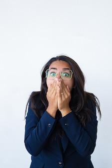 Asustada mujer de negocios aterrorizada sentirse estresado