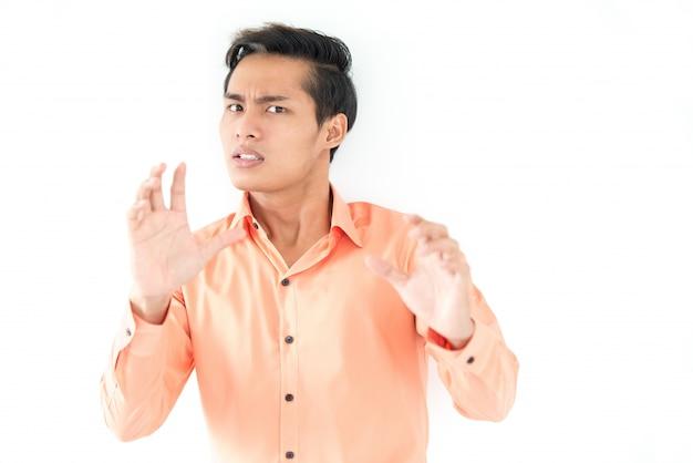 Asustado asiático hombre gesticulando y mirando a la cámara