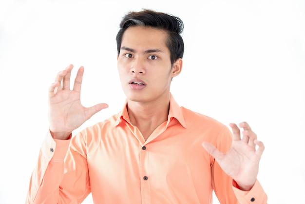 Asustado, asiático, macho, gerente, tenencia, manos, arriba