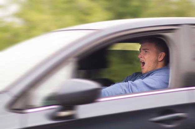 Asustado joven asustado está a punto de tener un accidente de tráfico