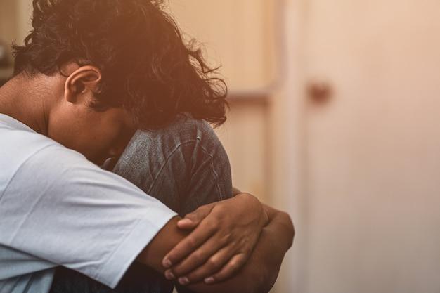 Asustado y solo, niño asiático joven que está en alto riesgo de ser intimidado, traficado y abusado, enfoque selectivo
