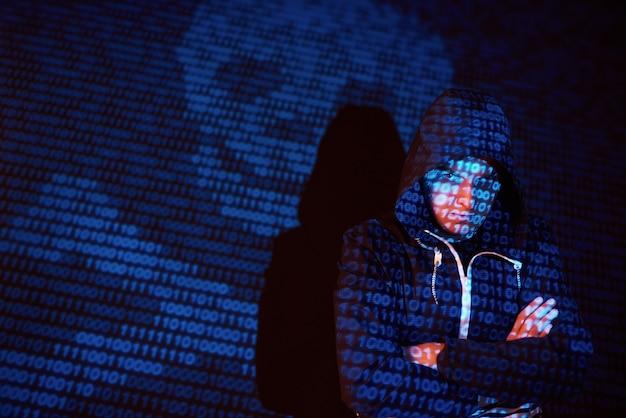 Ataque cibernético con pirata informático encapuchado irreconocible utilizando realidad virtual, efecto de falla digital