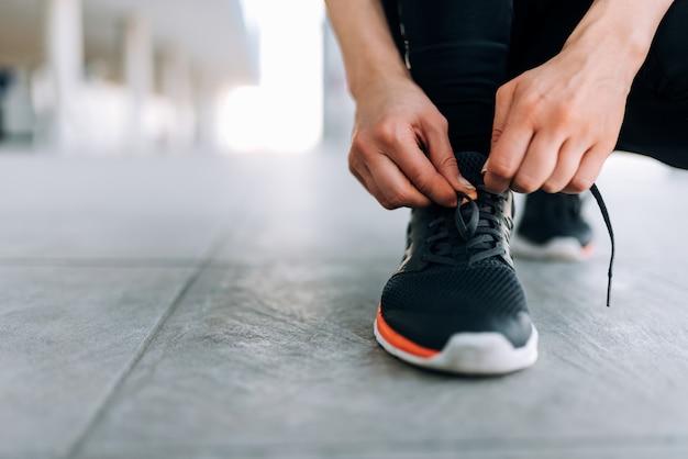 Atar cordones de los zapatos, en el interior. de cerca.
