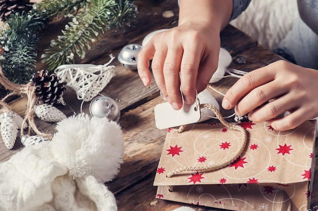 Atar etiqueta de regalo para regalo de navidad