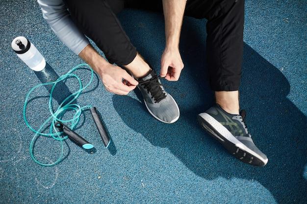Atar zapatos deportivos al aire libre