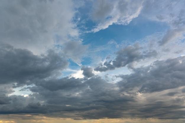 Atardecer ardiente, nubes de colores en el cielo