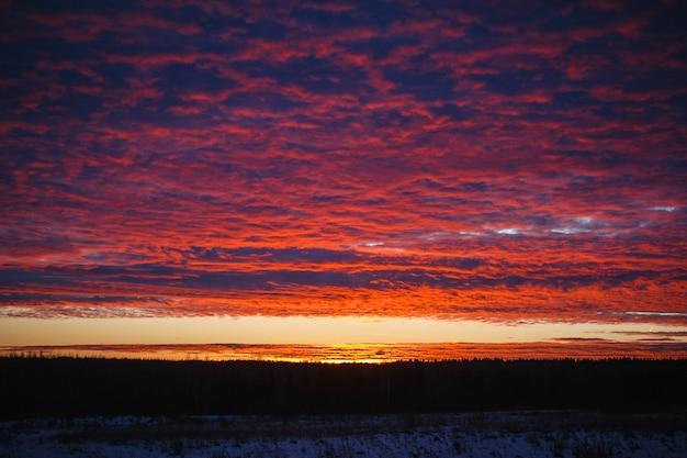Atardecer en el campo. puesta de sol. cielo hermoso.