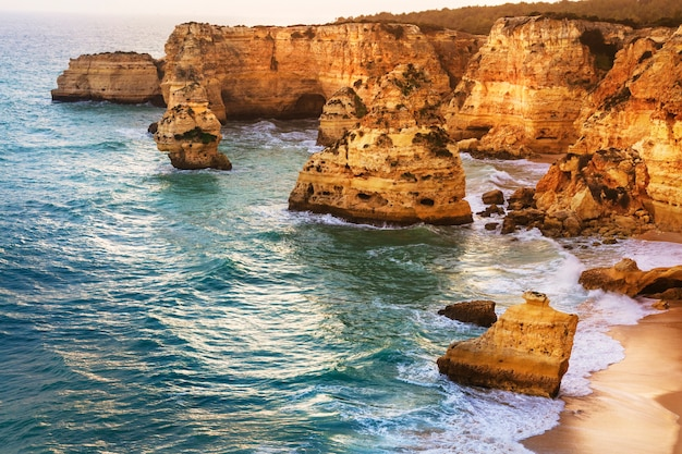 Atardecer en la hermosa playa praia da marinha - algarve, portugal