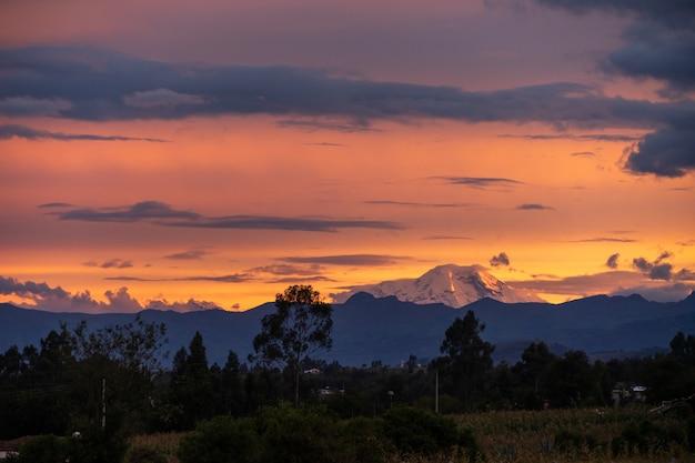 Atardecer con hermosas nubes en ecuador