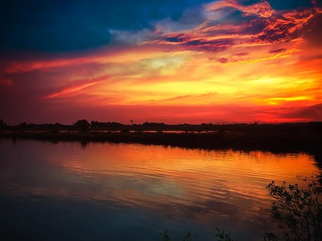 Atardecer hermoso en la naturaleza en el cielo de fondo de reflexión de noche