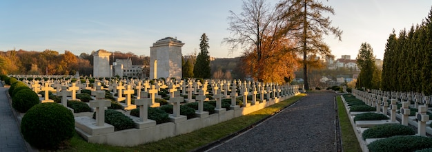 Atardecer en el histórico cementerio de los defensores de la ciudad de l'viv en ucrania