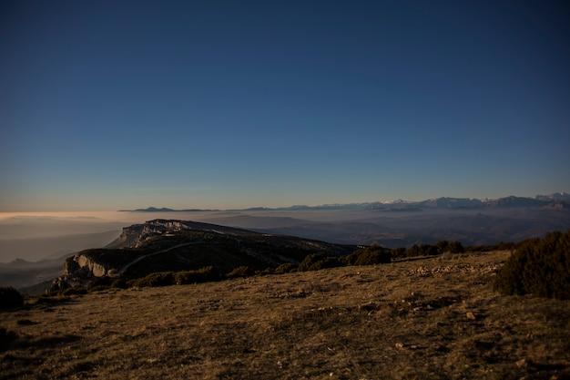 Atardecer de invierno en la serra del montsec, lleida, españa