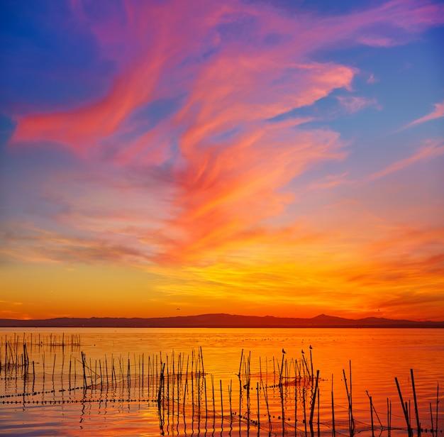 Atardecer en el lago la albufera en el saler de valencia.