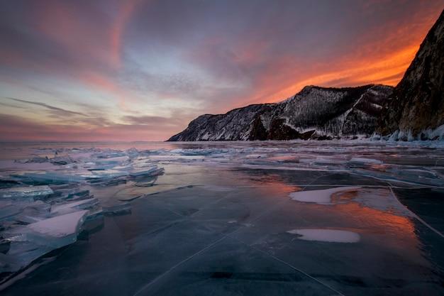 Atardecer en el lago baikal, todo está cubierto de nieve helada.