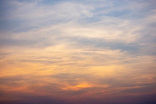 Atardecer la luz del atardecer a través de las nubes.
