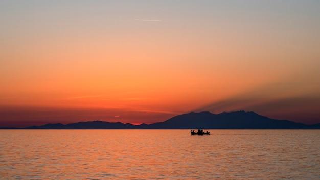 Atardecer en el mar egeo, barco y tierra en la distancia, agua, grecia