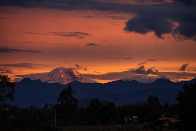 Atardecer oscuro con hermosas nubes en ecuador