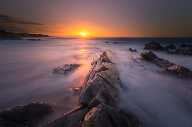 Atardecer en la playa de bidart junto a biarritz, país vasco.