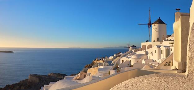 Atardecer en el pueblo de oia en la isla de santorini, grecia