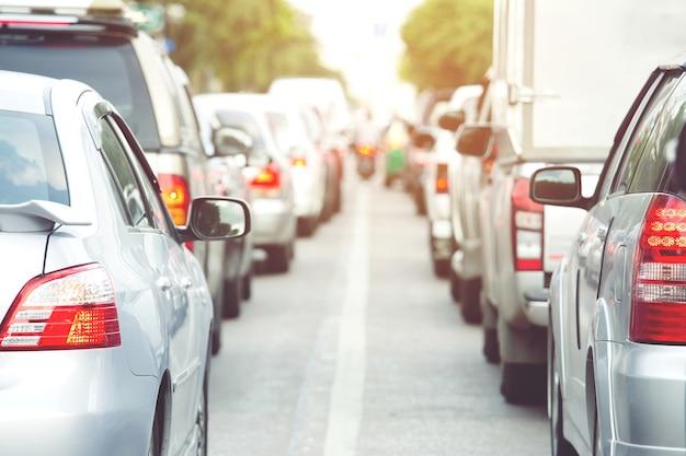 Atasco de tráfico en una calle de la ciudad fila de coches en forma expresa en hora punta. semáforos. estacionamiento de autos.