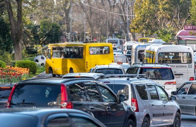 Atasco de tráfico en la calle principal de sochi