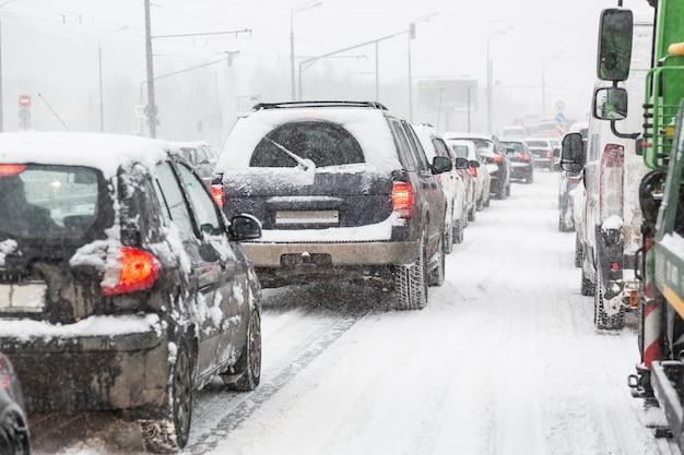 Atasco de tráfico en la carretera de moscú durante la tormenta de nieve de ventisca