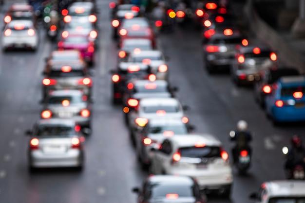 Atasco de tráfico lleno de gente en la carretera