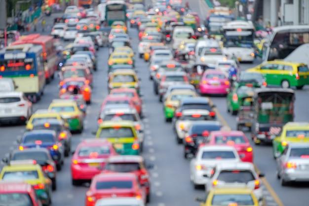 Atasco de tráfico en una metrópoli sobre fondo de foco borroso.