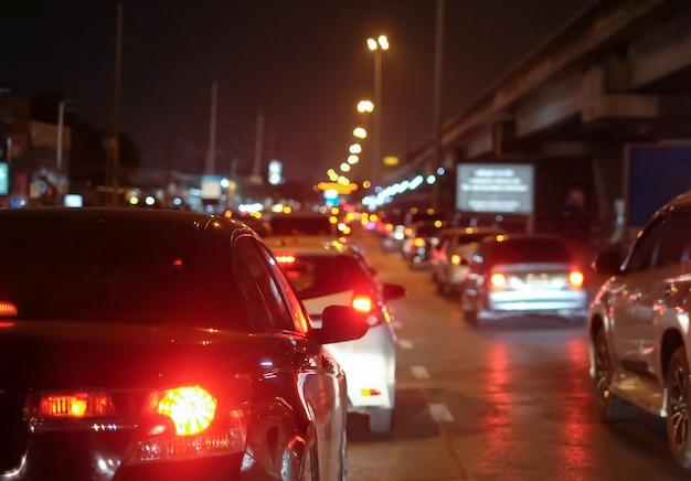 Atascos en la ciudad con fila de coches en la carretera por la noche
