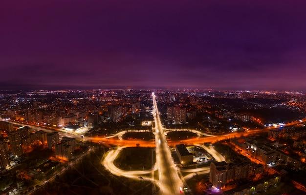 Atascos nocturnos en la ciudad, carreteras e intercambios muy congestionados, colapso del transporte. vista aérea.