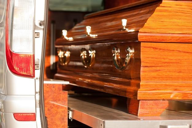 Ataúd en coche fúnebre