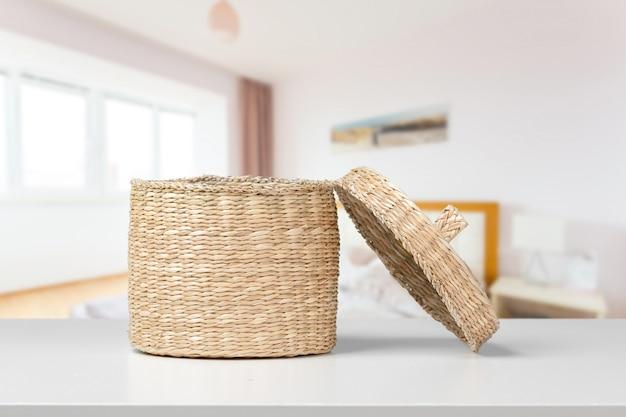 Un ataúd de madera en el escritorio blanco