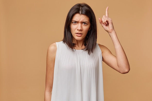 Atención, escúchame. close up retrato de mujer joven moviendo su dedo. las emociones humanas negativas se enfrentan a la expresión, la percepción de la vida, los sentimientos, el lenguaje corporal, la actitud