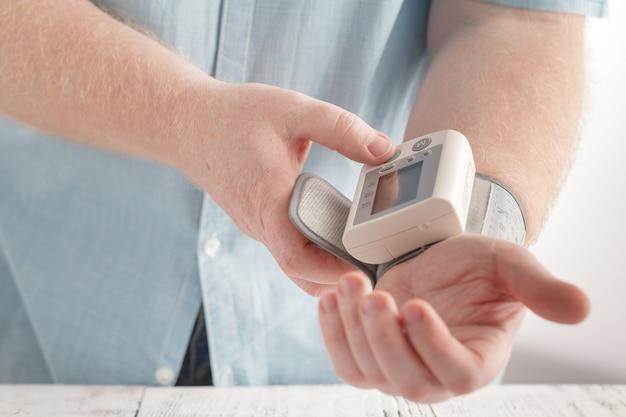 Atención médica para hombres con monitor de ritmo y presión arterial