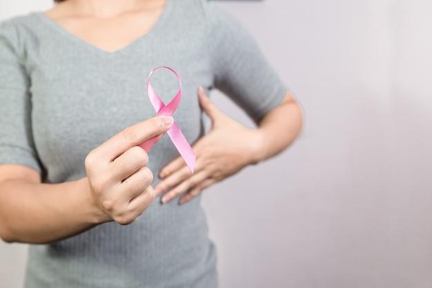 Atención médica, medicina y concientización sobre el cáncer, cerca de una mujer con cinta rosada de concientización sobre el cáncer de mama. copyspace