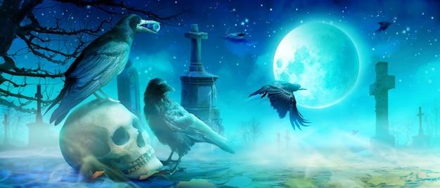 Aterradora noche de halloween con calavera y cuervo en el cementerio.