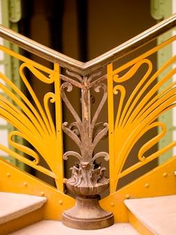 Aterrizaje entre escaleras en el gran palacio de parís francia