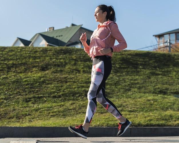Atleta activo trotar al aire libre