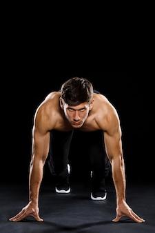 El atleta corredor se prepara para correr desde el inicio
