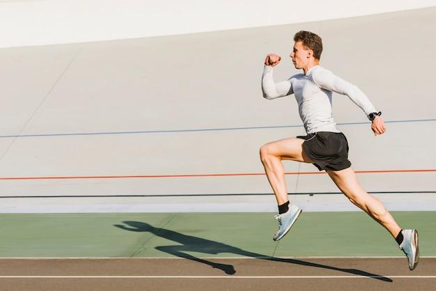 Atleta corriendo con copia espacio