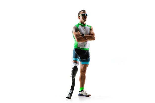 Atleta con discapacidad o amputado aislado sobre fondo blanco de estudio. corredor masculino profesional con entrenamiento de prótesis de pierna y practicando en estudio. deporte para discapacitados y concepto de estilo de vida saludable.